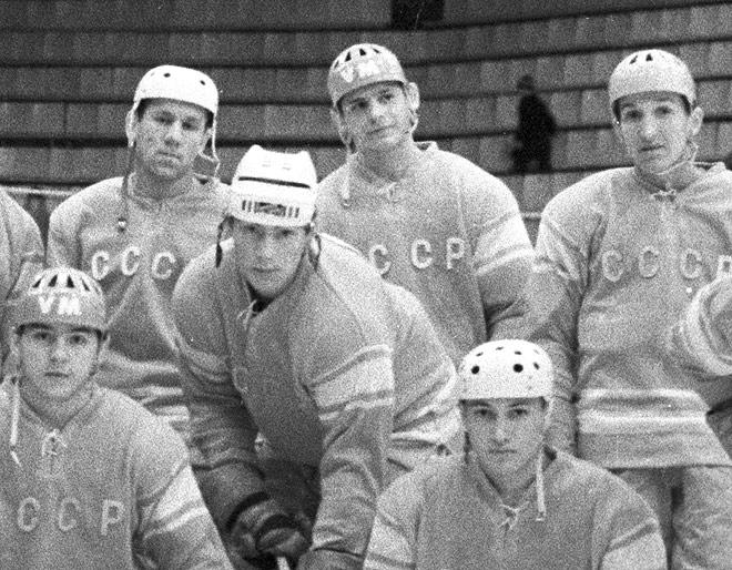 Вячеслав Солодухин (в верхнем ряду, в центре)