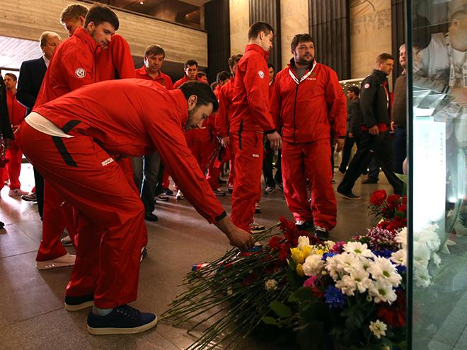 Хоккеисты сборной России возлагают цветы