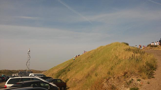 Болельщики карабкаются на трибуну-дюну