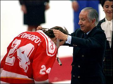 Президент МОК Хуан Антонио Самаранч вручает Виталию Прохорову золотую олимпийскую медаль. 1992 год