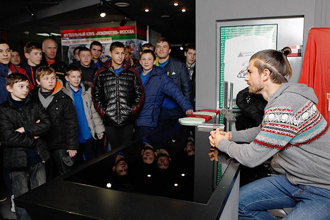 Неманья Пейчинович с юными болельщиками