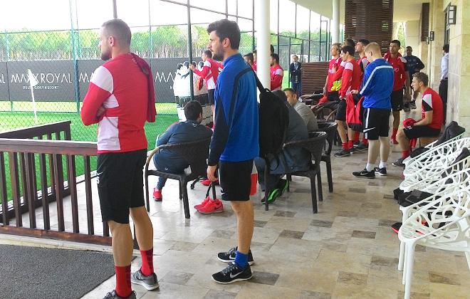 Игроки клуба 4-й региональной лиги Германии «Offenbacher Kickers» наблюдают за работой «Спартака»