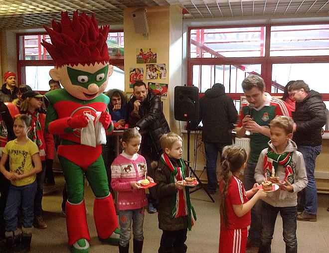 В перерыве матча в подтрибунном помещении поздравляли детишек, у которых недавно был день рождения, и вручали им подарки