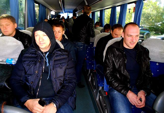 1 октября 2014 года. Хабаровск. На улице день, а команда готовится ко сну. В первом ряду Петерис Скудра и Артём Чубаров