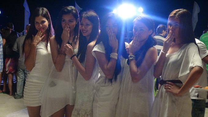 На вечеринке нас встречали прекрасные филиппинки