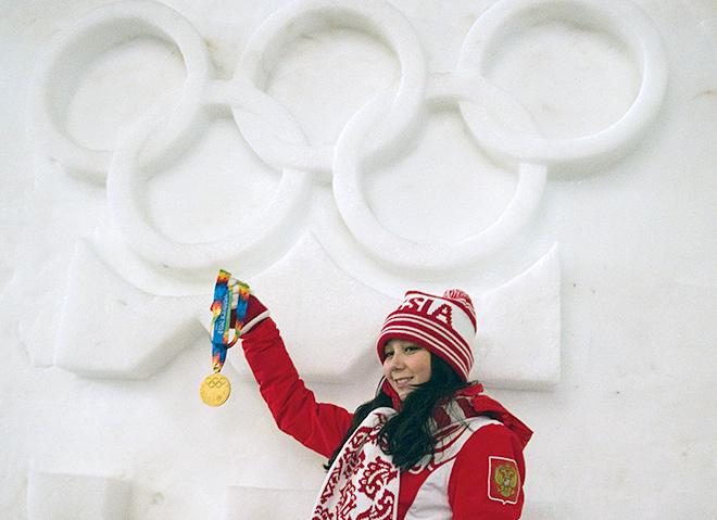 Елизавета Туктамышева, завоевавшая золотую медаль в женском одиночном катании, после церемонии награждения на I зимних юношеских Олимпийских играх