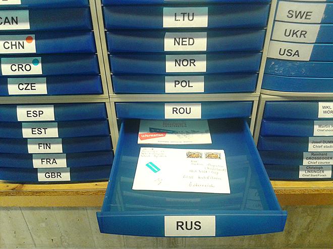 Местные болельщики пишут письма биатлонистам и кладут в такие ящики