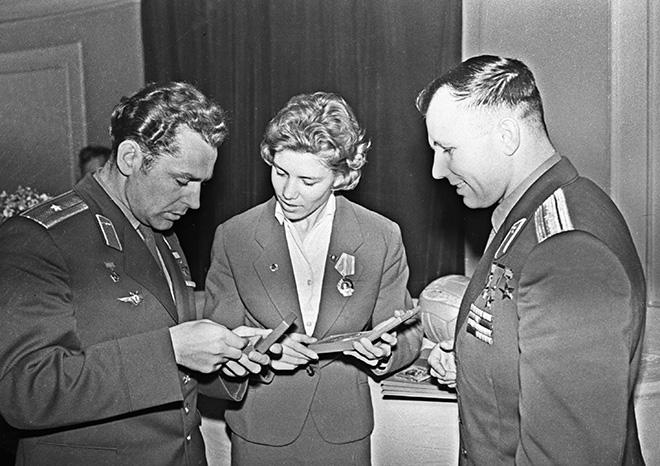 Лариса Латынина вручает космонавтам Юрию Гагарину и Герману Титову значки «Мастер спорта»