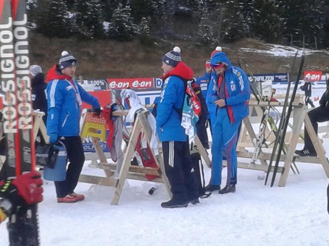 Тимофей Лапшин обсуждает с персоналом итоги гонки