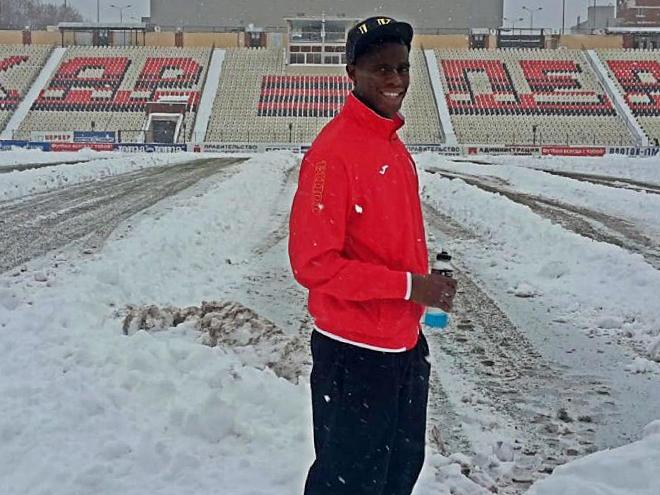 Защитник «Амкара» Тома Фибель на фоне заснеженного поля