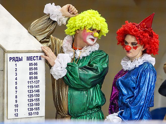 В перерывах между матчами юных зрителей развлекали клоуны
