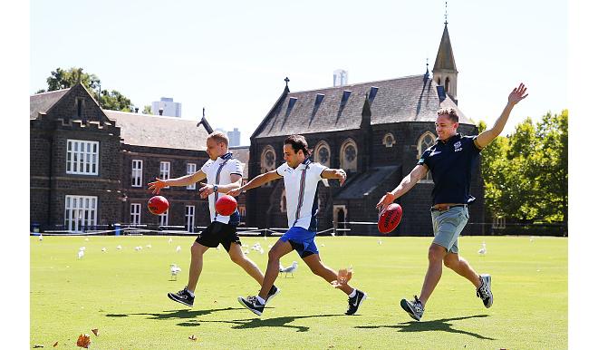 Гонщики «Уильямса» практикуются в регби