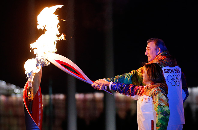 Ирина Роднина и Владислав Третьяк зажигают олимпийский огонь
