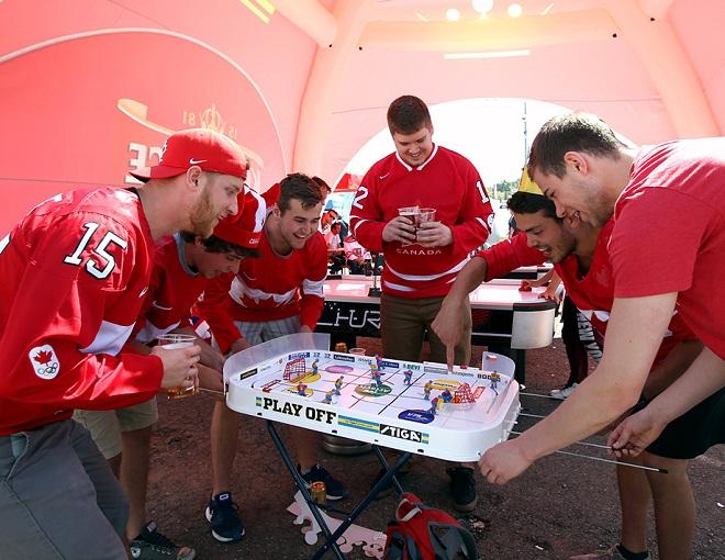 Болельщики сборной Канады перед полуфиналом