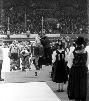 Капитан сборной Швеции Свен (Туиба) Юханссон и капитан сборной СССР Борис Майоров
