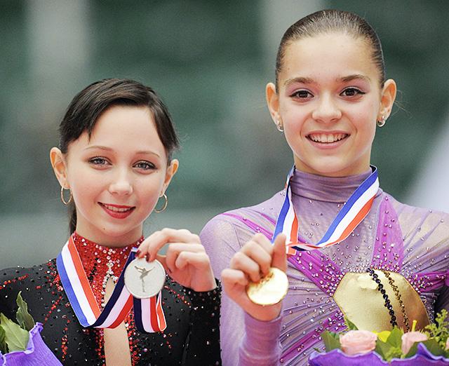 Аделина Сотникова, занявшая первое место, и Елизавета Туктамышева, занявшая второе место (справа налево), в финале юниорского Гран-при