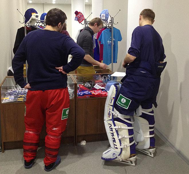 Хоккеисты в магазине атрибутики