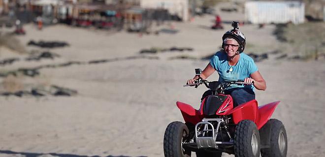 Коко Вандевеге прокатилась на квадроцикле