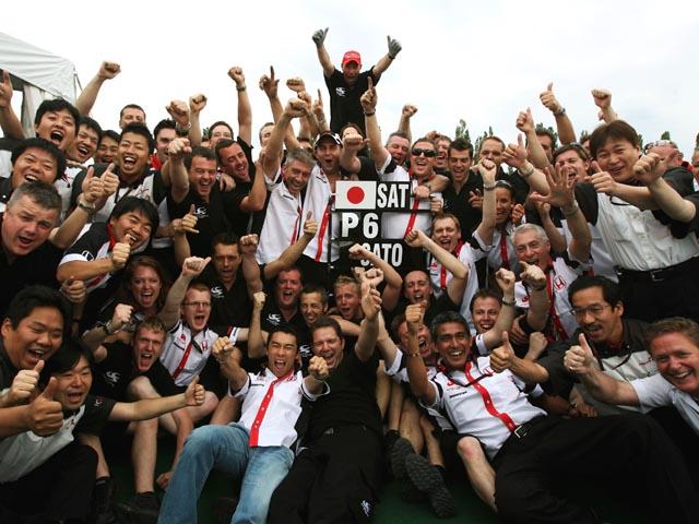 Сато принимает поздравления после финиша гонки