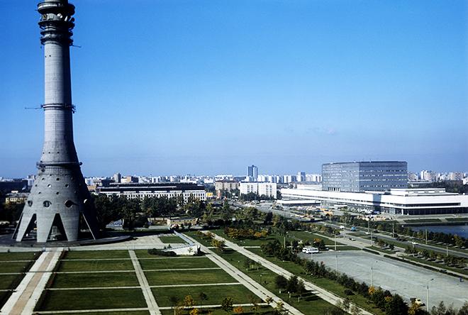 Олимпийский телерадиокомплекс в Останкино, обеспечивающий круглосуточную передачу телевизионных программ по 20 цветным каналам в 100 стран мира