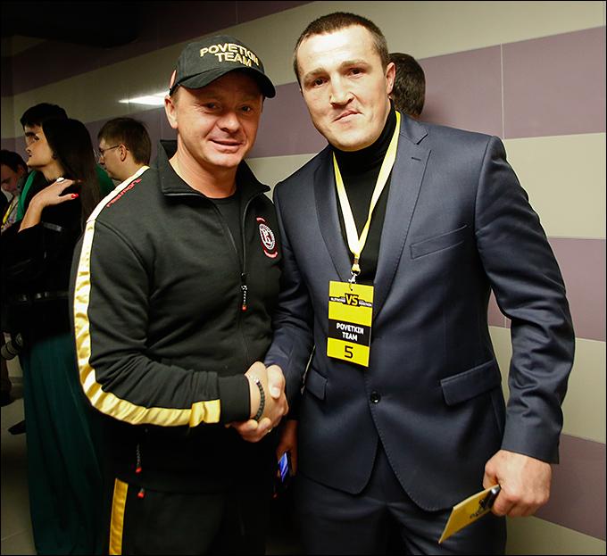 Денис Лебедев (справа) с представителем команды Поветкина