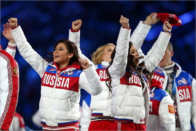 Российские фигуристки Елена Ильиных и Аделина Сотникова во время парада атлетов