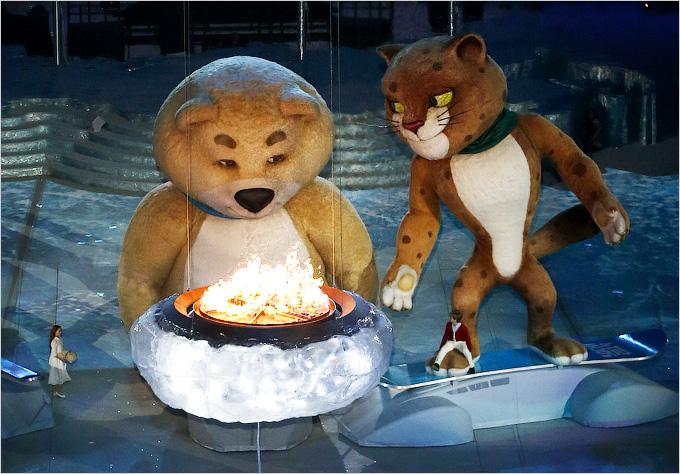Олимпийский талисман Белый мишка Полюс погасил олимпийский огонь, закрыв Игры в Сочи
