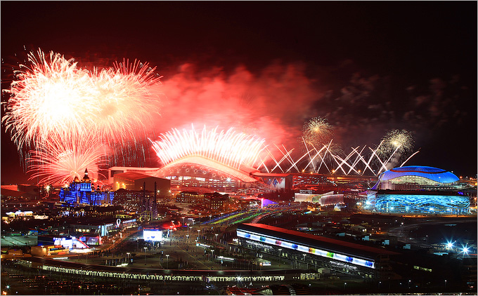 "Салют на церемонии закрытия Олимпиады в Сочи (вид снаружи стадиона ""Фишт"")"
