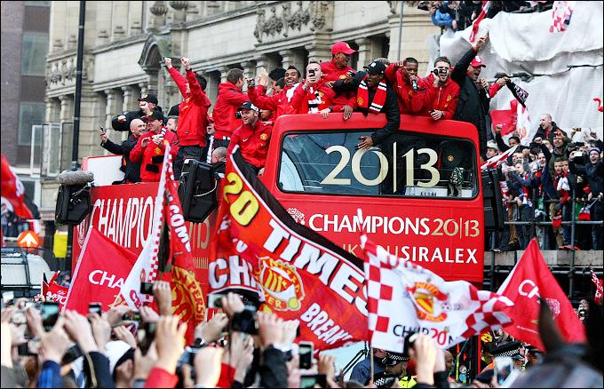 Чемпионский парад по улицам Манчестера — последний в карьере тренера сэра Алекса Фергюсона