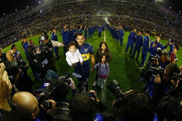 Карлос Тевес в окружении фотографов на своём представлении в качестве игрока «Бока Хуниорс»