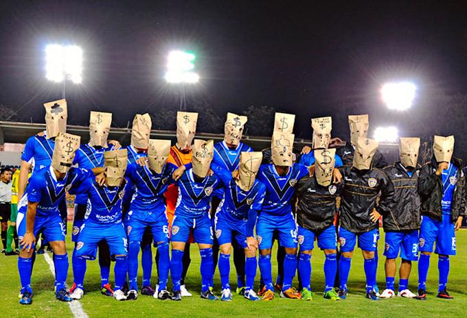 Игроки мексиканского клуба вышли на поле с мешками на головах в знак протеста