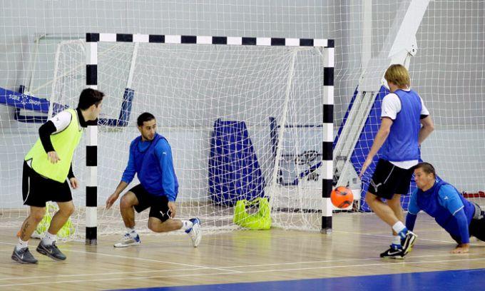 """Сегодняшний тренировочный день игроки нижегородской  """"Волги """" посвятили мини-футболу.  Футболисты разделились на три..."""