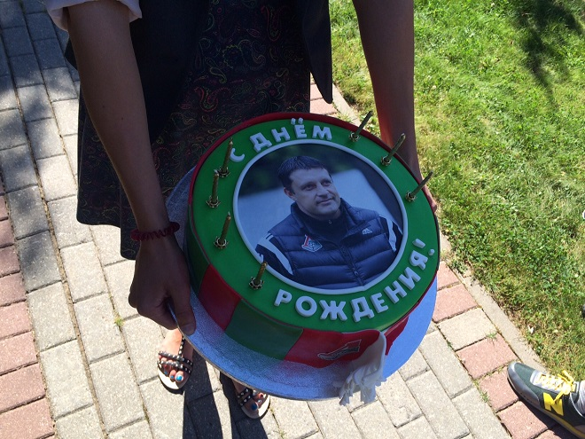 Болельщики «Локомотива» подарили торт Черевченко на день рождения