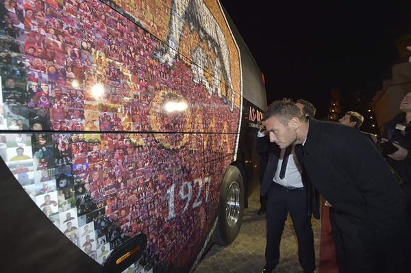 Эмблема «Ромы» на новом автобусе клуба составлена из фото болельщиков