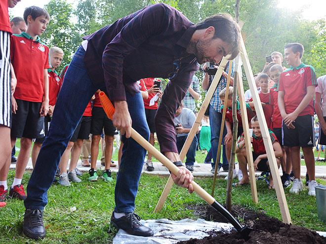 «А лопата где?». Как игроки «Локомотива» сажали клёны