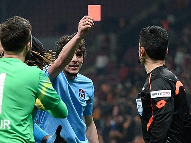 Салих Дурсун показывает арбитру красную карточку