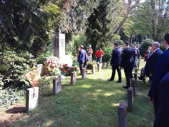 Сборная России 9 мая возложила цветы к братской могиле под Кёльном
