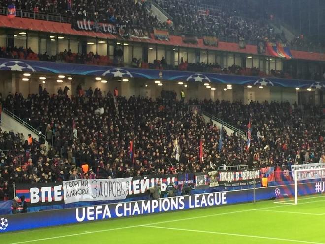 Фанаты ЦСКА вывесили баннер с пожеланием здоровья Миланову и А. Березуцкому