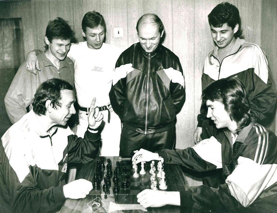 Олег Романцев с Дмитрием Радченко, на втором плане: Дмитрий Попов, Валерий Карпин, Виктор Зернов и Рамиз Мамедов