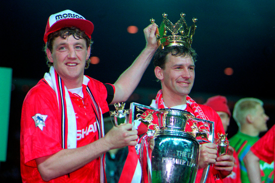 Брайан Робсон (справа) с трофеем