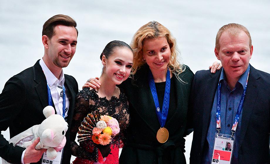 Даниил Глейхенгауз (слева), Этери Тутберидзе, Сергей Дудаков и Алина Загитова