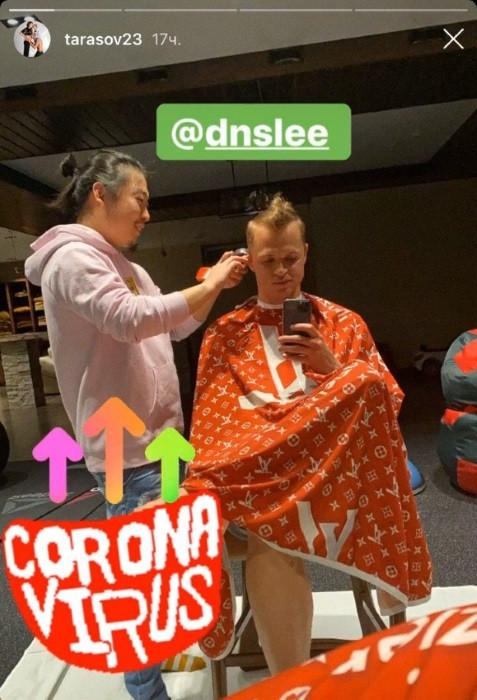 Российский футболист выложил скандальное фото с парикмахером-азиатом и подписью 'коронавирус'