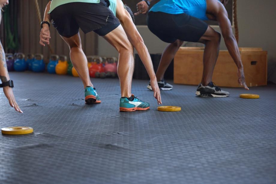 Короткая кардиотренировка дома. 15 простых упражнений без инвентаря