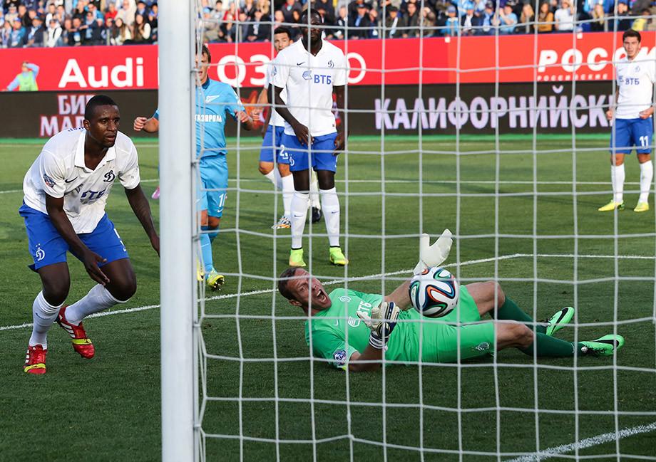 Роман Березовский пропускает мяч в свои ворота