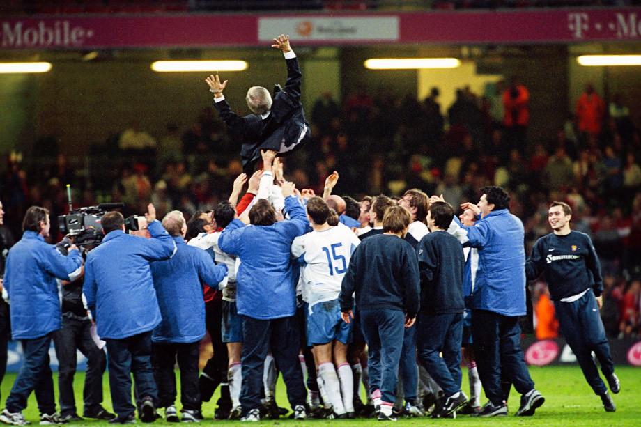 Кардифф. Игроки сборной России качают Георгия Ярцева после выхода на Евро-2004