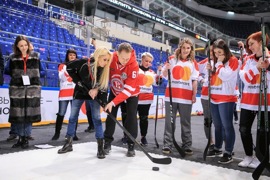 «Восхищаюсь девушками, которые играют в хоккей». Урок для слабого пола
