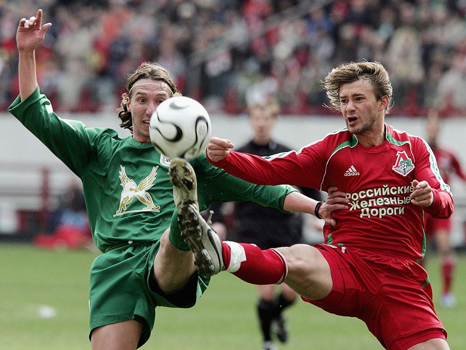 Дмитрий Сычёв (справа) борется за мяч