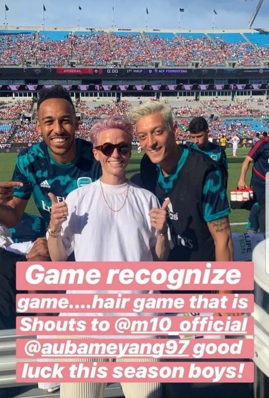 Озил сфотографировался с футболисткой сборной США. Их сравнивали из-за причёски