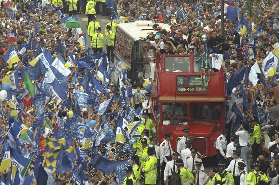 Автобус с игроками «Челси» после победы в Кубке Англии, 1997 год