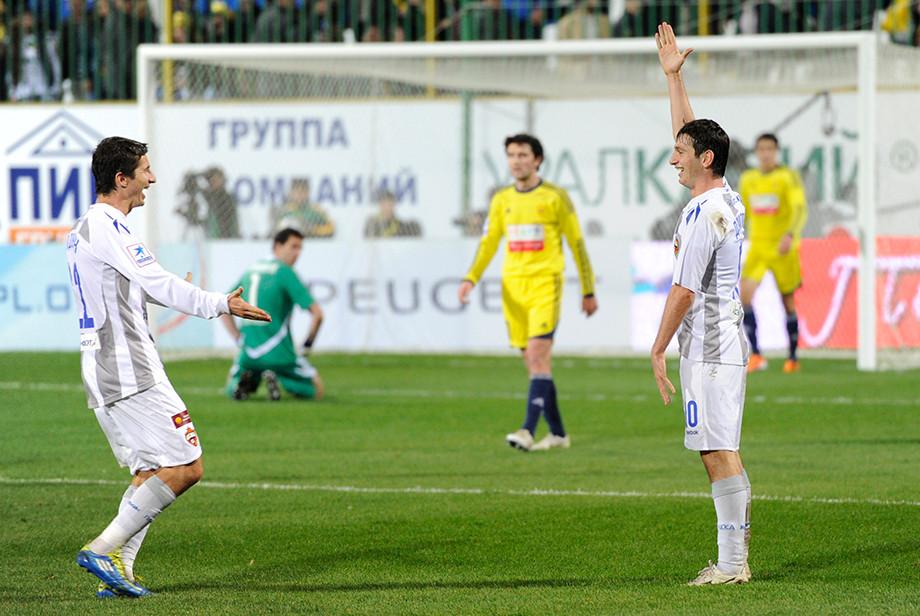 Евгений Алдонин и Алан Дзагоев празднуют мяч, забитый в ворота обновлённого «Анжи»